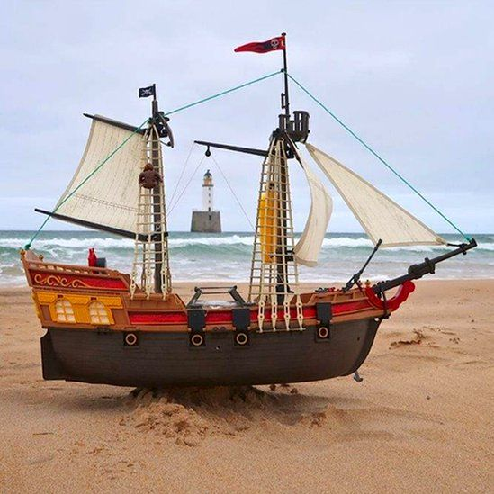 Toy pirate ship