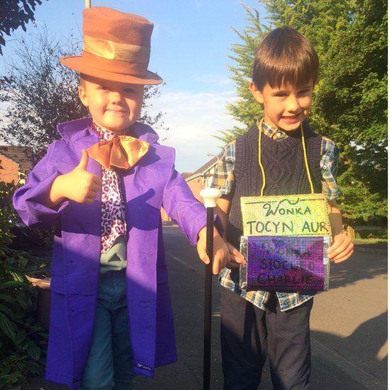 Osian ac Ifan yw'r efieillaid diriedus yma o Gaerdydd sy'n portreadu Mr Wily Wonka a Charlie