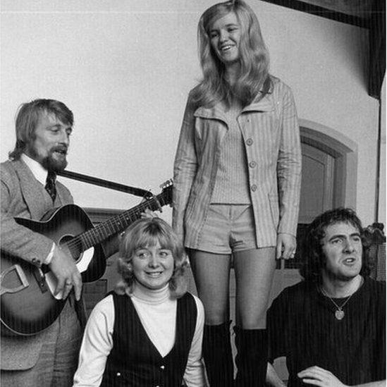 Mawredd Mawr (1971): Tony ac Aloma fel sipsiwn, Dewi Pws fel Siencyn a Rosalind Lloyd fel Rhoslyn yn ymarfer