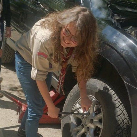 Sham changing a car tyre