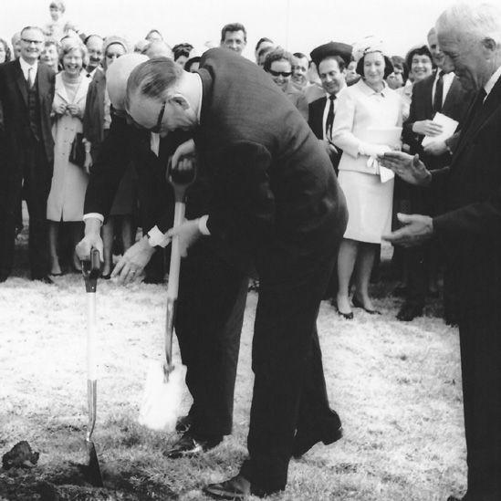Seremoni torri'r dywarchen gyntaf yn y 1960au