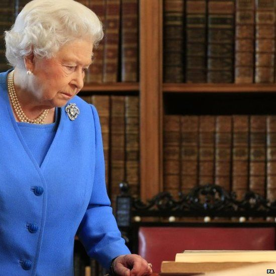 The Queen views the George III archive