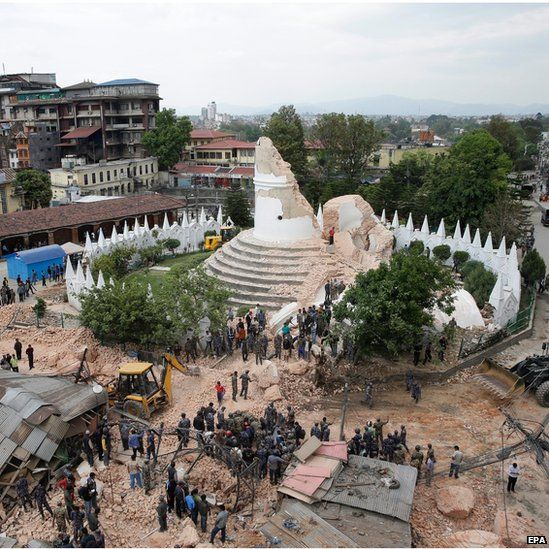People inspect the damage of the collapsed landmark Dharahara, also called Bhimsen Tower, after an earthquake caused serious damage in Kathmandu, Nepal (25 April 2015)