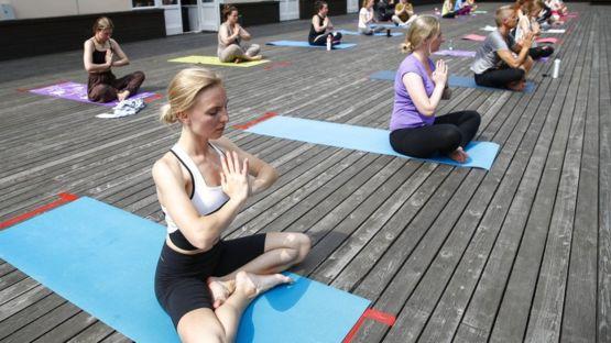 Mujeres meditando