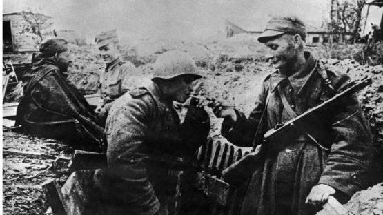 советский и польский солдаты