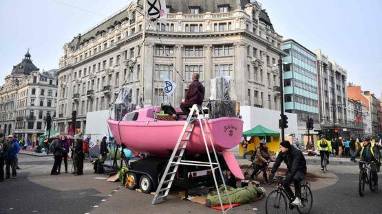 周一(15日),抗議者將一艘粉色的小船安放在牛津街圓形廣場(Oxford Circus)。