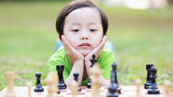Niño con un tablero de ajedrez