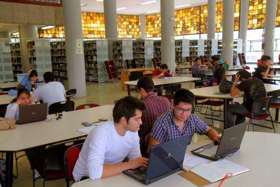 Estudiantes de la UNAM en la biblioteca