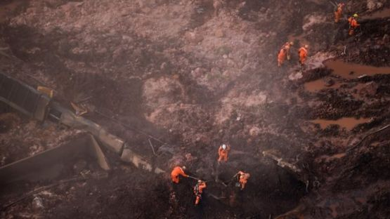 Rescatistas buscan sobrevivientes