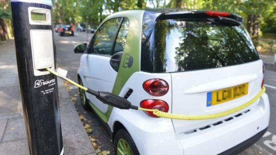 Электромобиль на подзарядке