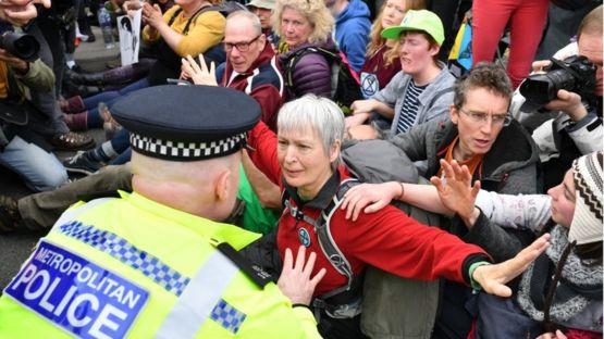 警方說,抗議者阻塞交通,拒絶散開。