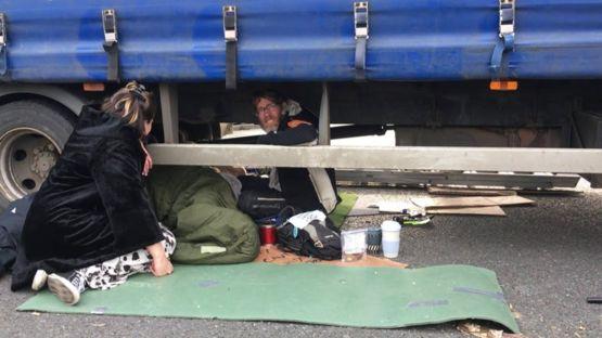 在泰晤士河的滑鐵盧大橋上,4名抗議者用強力膠水和鐵鏈將自己鎖在一輛大卡車的下面。