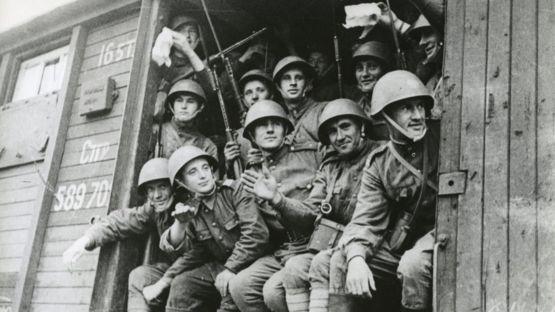 Советские солдаты едут на фронт. 1944 год