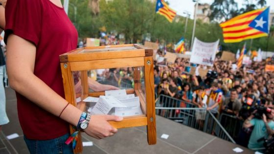 Catalonia: Teachers and students prepare to open schools for referendum