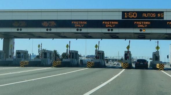 Trạm thu phí lên cầu Bay Bridge vào San Francisco thường kẹt xe nay vắng vẻ vì nạn dịch Cô Vi