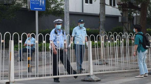 Barrier được dựng để chặn đường vào chợ Xinfadi