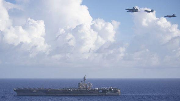 Chiến đấu cơ F/A-18F Super Hornets bay phía trên tàu sân bay USS Theodore Roosevelt trong sứ mệnh tại Biển Philippines