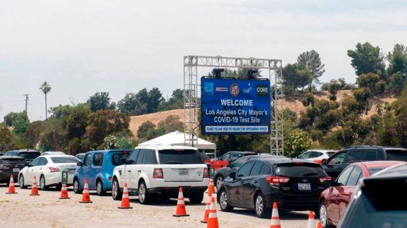 Dòng xe xếp hàng chờ xét nghiệm Covid-19 ở Sân vận động Dodger Stadium, Los Angeles hôm 25/6