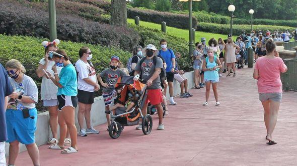La gente hace cola fuera de Walt Disney World