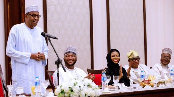 Shugaba Buhari da wasu matasa