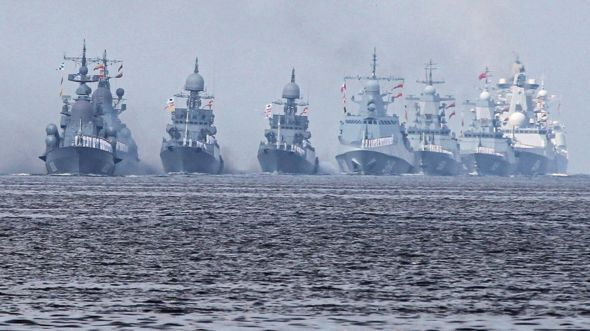 اصطفت القطع البحرية الحربية قبالة قاعدة كرونستاد التاريخية المطلة على بحر البلطيق.