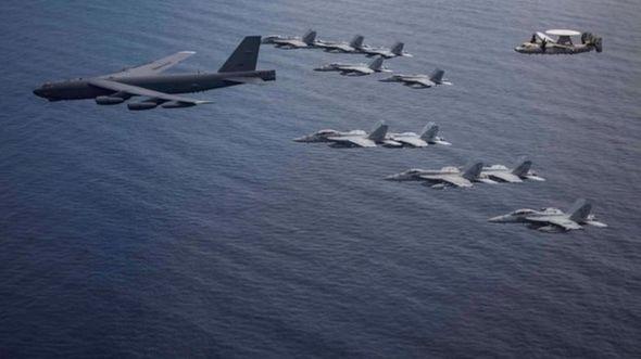 Máy bay ném bom chiến lược B-52H của không quân Mỹ tập trận trên Biển Đông cùng các máy bay của tàu sân bay USS Nimitz và USS Ronald Reagan hôm 4/7.