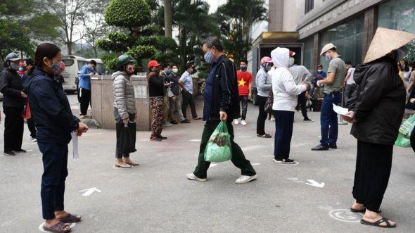 Một điểm phân phối gạo cho người gặp khó khăn ở Hà Nội