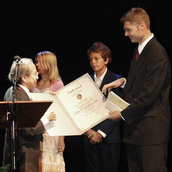 Nhà báo Võ Văn Ái thay mặt Hòa thượng Thích Quảng Độ nhận giải thưởng Thorolf Rafto của Na-Uy vào 2006