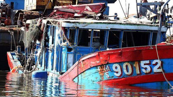 Tàu cá của ngư dân Việt Nam tiếp tục bị TQ đánh chìm, đẩy nhiều người vào cảnh trắng tay, thậm chí nguy hiểm tính mạng