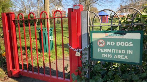 Khu sân chơi trẻ em trong công viên bị khóa cửa