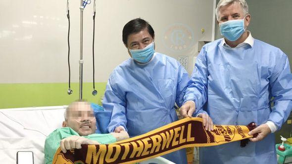 Tổng lãnh sự Anh tại TP.HCM Ian Gibbons cùng Chủ tịch UBND TP.HCM Nguyễn Thành Phong thăm bệnh nhân số 91 vào chiều 17.6 tại Bệnh viện Chợ Rẫy
