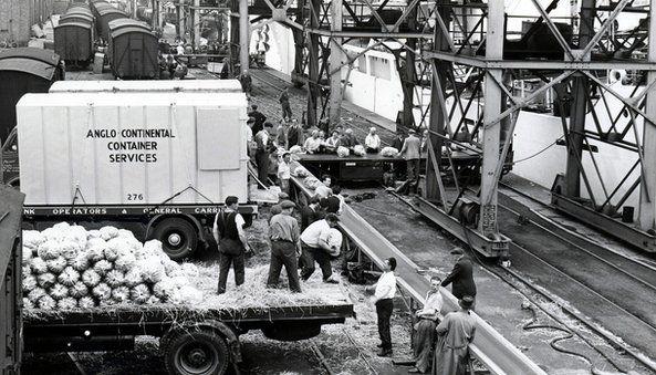 Bananas yn cael eu mewnforio o Cenia tua 1955