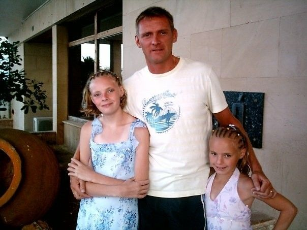 Wayne Evans and his daughters