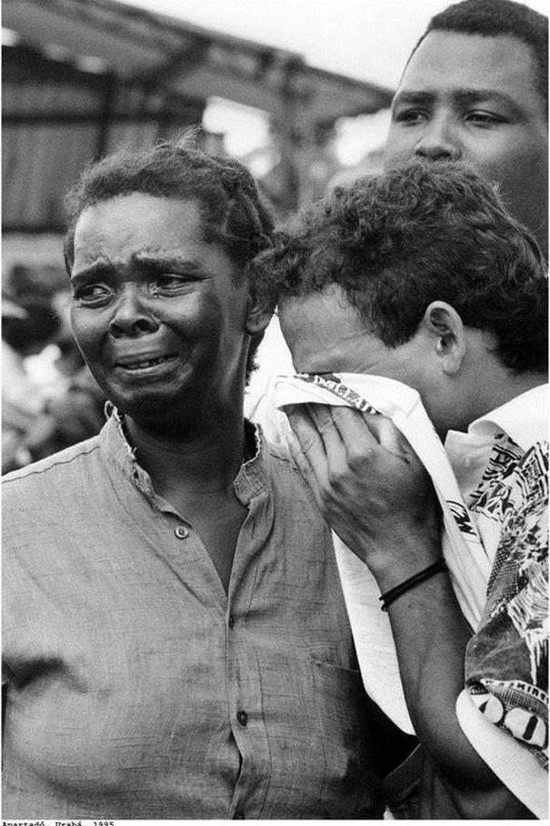 Familiares de víctimas de una masacre guerrillera en 1995.