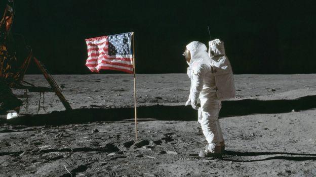 Neil Armstrong e a bandeira americana