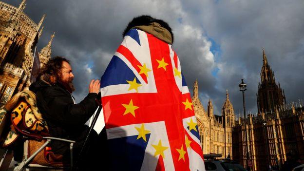 英国国会原定本周表决脱欧议案,支持英国留欧和脱欧的公众分别在英国国会大楼外示威。特蕾莎‧梅其后决定延迟表决。