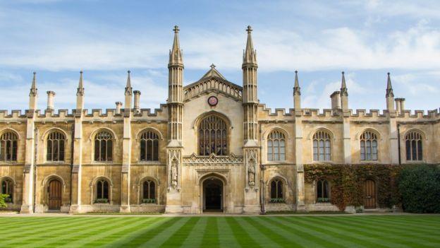 A fachada da Universidade de Cambridge, na Inglaterra