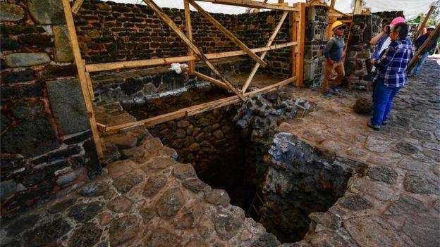 Pessoas trabalham em subestrutura dentro de pirâmide de Teopanzolco
