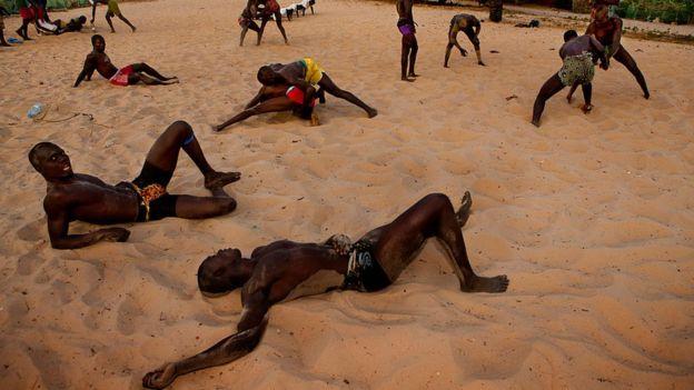 Dans les villages sérrères d'ou vient la lutte sénégalaise, les populations soutiennent leurs champions, vainqueurs des tournois locaux.