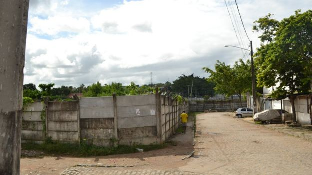 Terreno baldio deixado no Loteamento São Francisco após as desapropriações foi cercado de um muro, e tem sido usado para armazenar ônibus de uma empresa de transportes privada