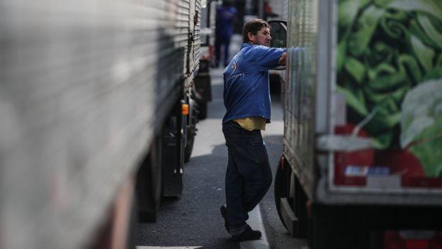 Homem em meio a caminhões parados em greve no Rio de Janeiro