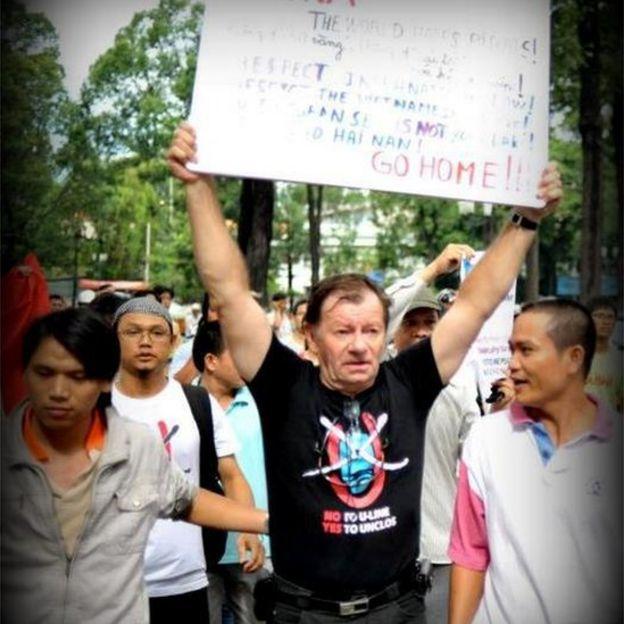 Ông Andre Menras trong một lần đi biểu tình chống Trung Quốc ở Việt Nam