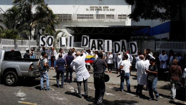 医院外,医护人员在抗议示威