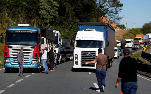 Imagem mostra caminhoneiros bloqueando rodovia no Brasil