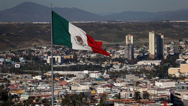Bandera en la frontera de México y EE.UU.