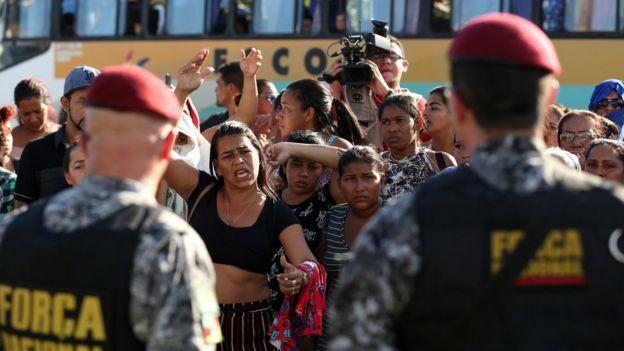 Parentes em frente a presídio em Manaus