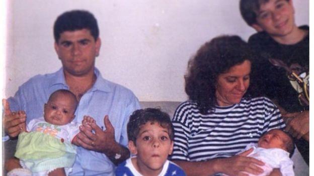 Artur (ao centro) com a família