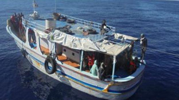 بعض المهاجرين في قارب في البحر المتوسط