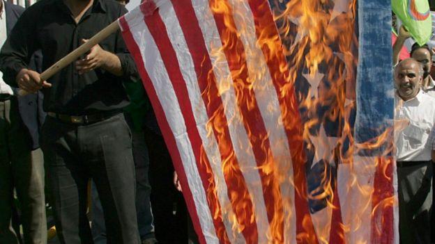 حرق علم أمريكي في مظاهرة في إيران