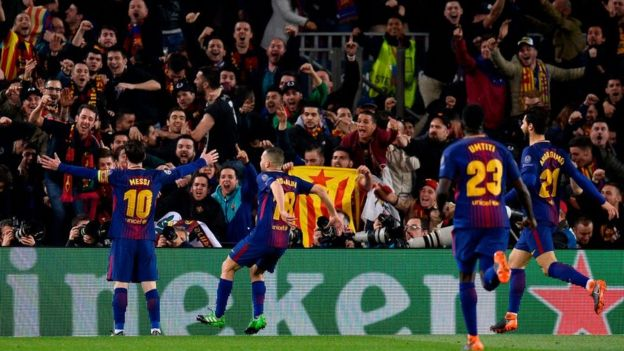 Messi festeja con la tribuna tras marcar un gol.